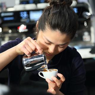 【時給1350円】表参道駅のお洒落なカフェでのバリスタ・接客のお仕事!