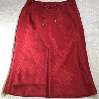 サラサラの赤色スカート