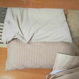シングルベッド用敷パッド・ベッドシーツ・枕2つ(カバー付き)