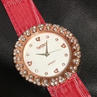キラキラハートモチーフの腕時計。