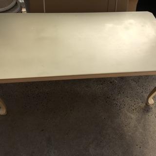 アンティーク調のテーブル