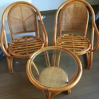 ラタンのテーブルと椅子のセット
