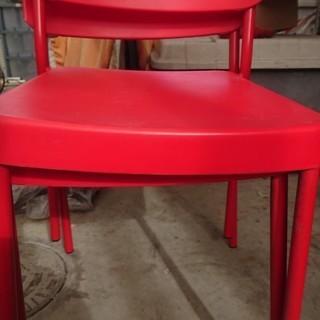 真っ赤な椅子2脚