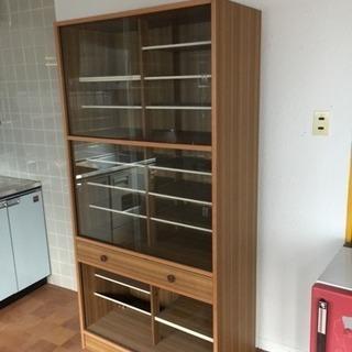 ガラス扉の食器棚