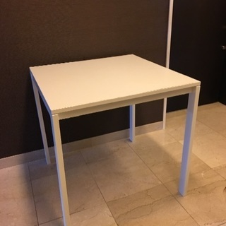 IKEAの正方形ダイニングテーブル