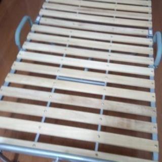激安❢超〜美品❢通気性抜群軽量すのこ折り畳みベッドシングル