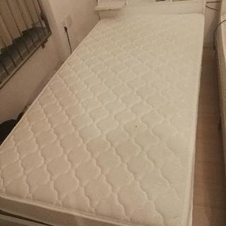 シングルベッド2つとマットレス