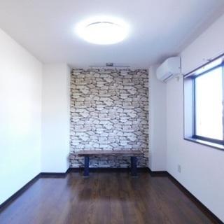 キッチン新品部屋広々。おしゃれな壁紙で男性必見