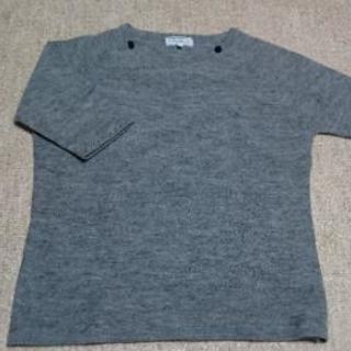 グレーの半袖セーター