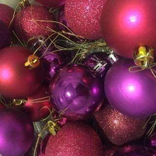ピンクと紫のクリスマスボール