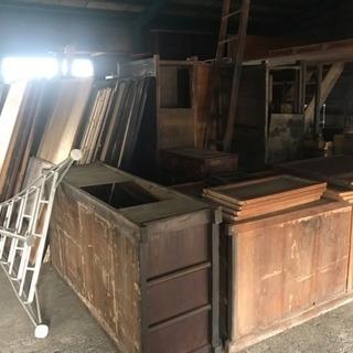 ●旧家の整理で出た水屋箪笥、板戸、ガラス戸棚