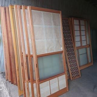 古い建具、ガラス戸色々あります。