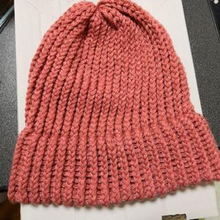 サーモンピンクのニット帽