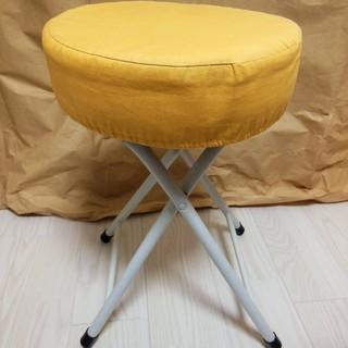 オレンジ色のパイプ椅子 カバー付き