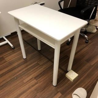 白いテーブルです。シロクマより白いです。