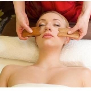 刮痧(かっさ)とは、肌を擦り、リンパや血液の流れを活性化すること...