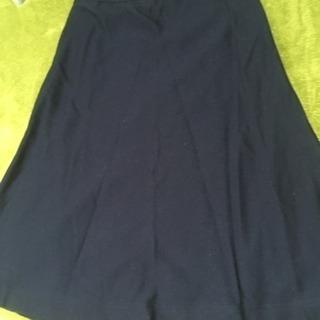 ネイビーのスカート
