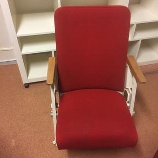 昭和レトロな映画館の真っ赤な椅子