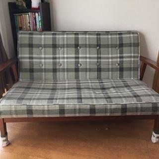 温かみのある2人掛け用ソファー