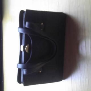 黒色のハンドバッグ