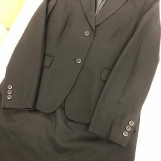 黒のスーツ(春夏物) ノーブランド ブルーのプリーツスカートも