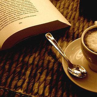 喫茶店に集う文芸サークル