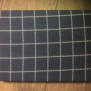 掛け布団カバー。藍色の記事でゴムでかぶせるタイプです。