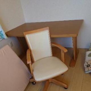 テーブルと椅子三脚