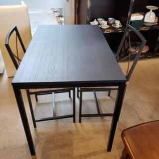シンプルな二人掛けダイニングテーブル