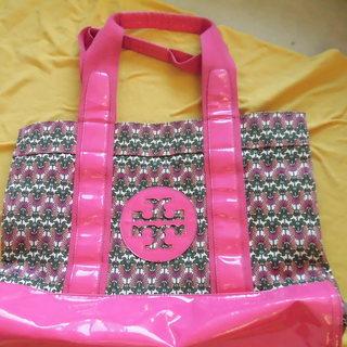 トリーバーチのピンク柄のトートバッグ