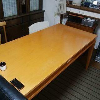 ダイニングテーブルと椅子4脚のセット