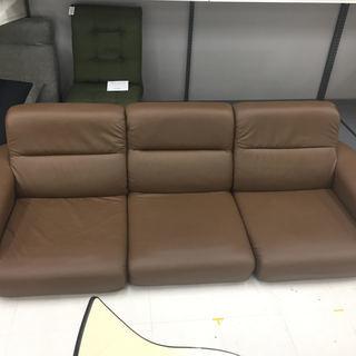 取りに来ていただける方限定!ロータイプの3人掛けソファーのご紹介です!