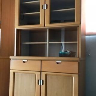 ガラス戸付き食器棚
