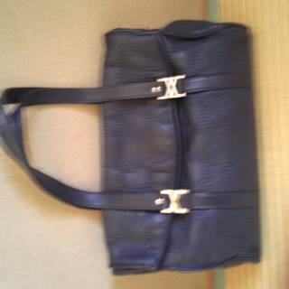 紺のハンドバッグ