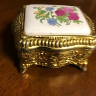 陶器と金メッキ金属での小物入れ