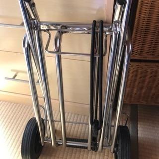 運動会の時とかに、重い荷物を運ぶコロコロです。