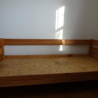 組み立て式ベッド、上に布団を載せて使うタイプ。