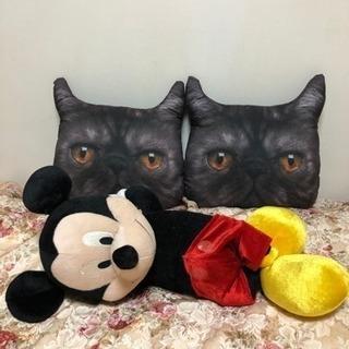 猫のクッションとミッキーマウスの縫いぐるみ
