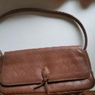 茶色のハートの型押しバッグ