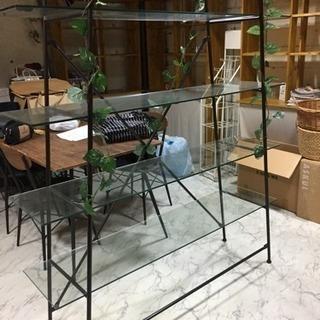 ガラスの飾り棚