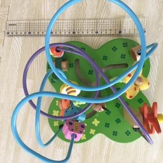 ワイヤーの知育玩具とアンパンマンのボールを入れるとくるくる回るおもちゃ