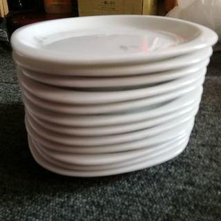 白い皿(淡い色の花柄)