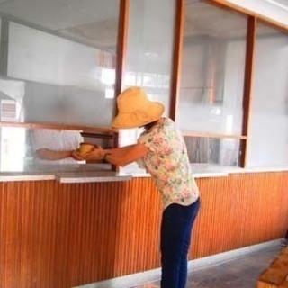 三津浜地区旧濱田医院のシェアショップ!入口正面ガラス張りのお部屋