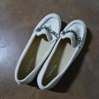 素敵な飾りがある白い靴