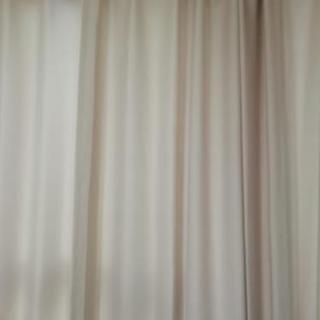 ニトリ 遮光カーテン 薄いピンク 4枚あります。