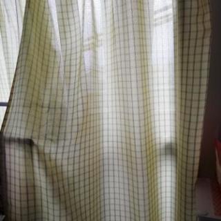 緑っぽいカーテン