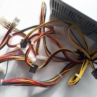 デスクトップから取り外したパソコンの電源です。