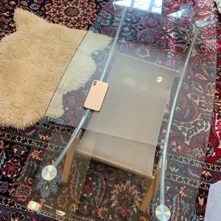 ガラスの机