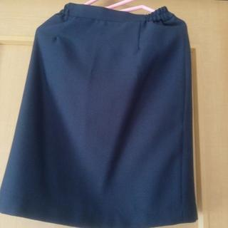 落ち着いた色合いのタイトスカート
