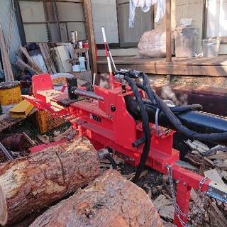 割れない薪原木を割ります。